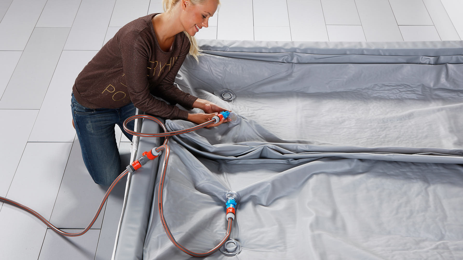 Wasserbettmatratze mit Schlauchset befüllen