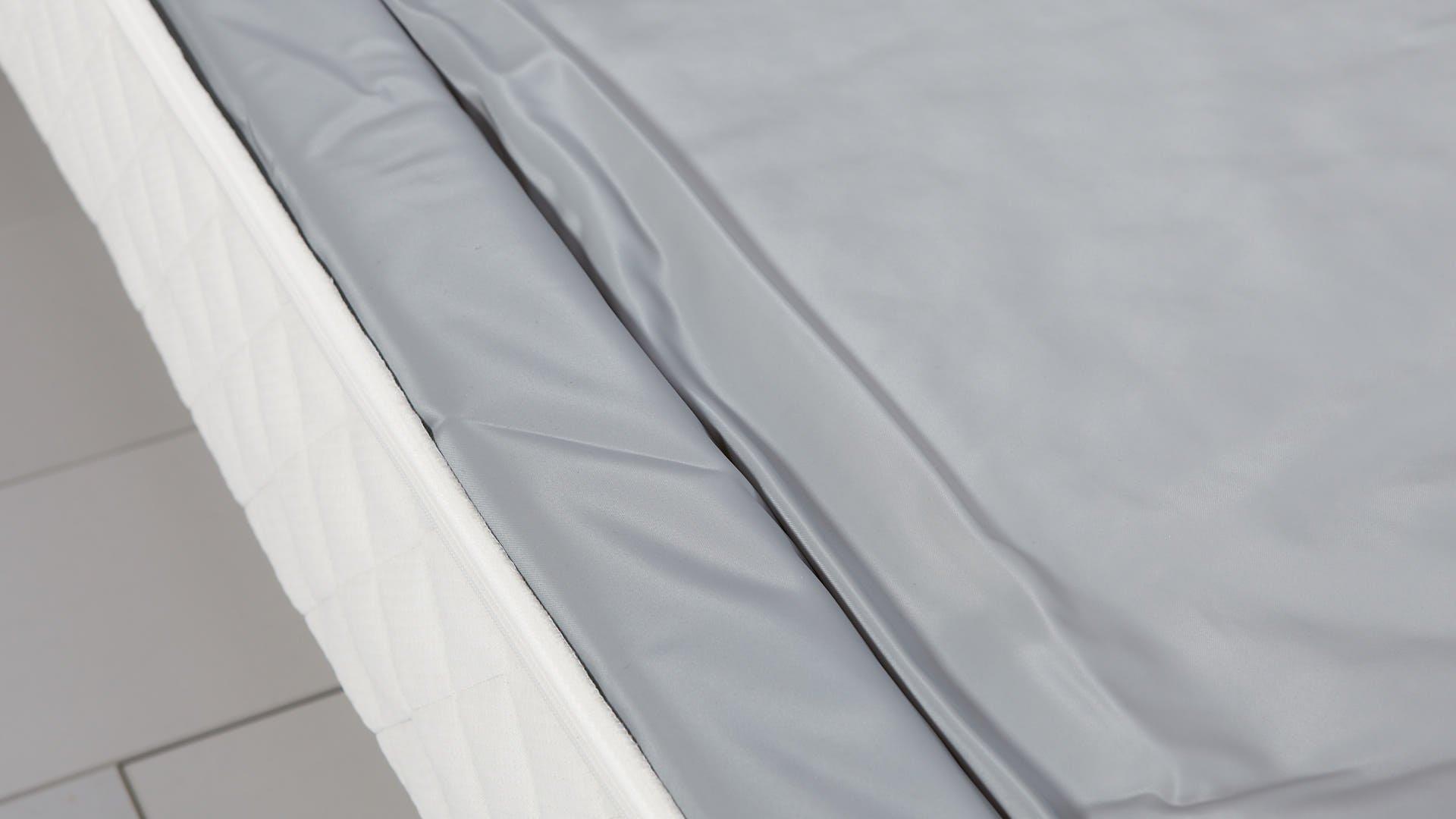Wasserbettmatratze schließt perfekt an Schaumstoffrand an