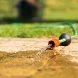 Ihr Wasserbett mit einem Gartenschlauch leerpumpen. Geht das?