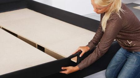 Bodenplatten bei einem Split-Wasserbett befestigen
