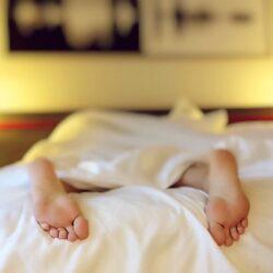 Wie sich unruhiger Schlaf äußert und was Sie dagegen tun können